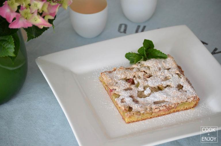 COOK and ENJOY Rezept Rhabarberkuchen mit Mandelbaiser mit Puderzucker fertig dekoriert
