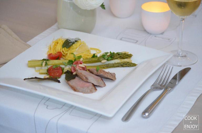 COOK and ENJOY Rezept Spargel mit Tomaten-Vinaigrette, Tagliolini und Kalbsfilet