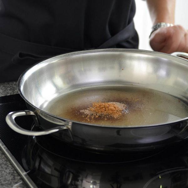 COOK and ENJOY Rezept Gebrannte Mandeln Zutaten in einer grossen Pfanne aufkochen